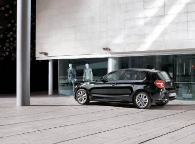 1series_5door_side_standing